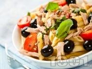 Рецепта Италианска туна салата с паста пене (макарони), чери домати, маслини и риба тон